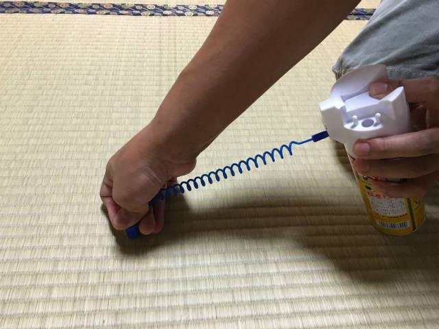 畳にスプレーする様子