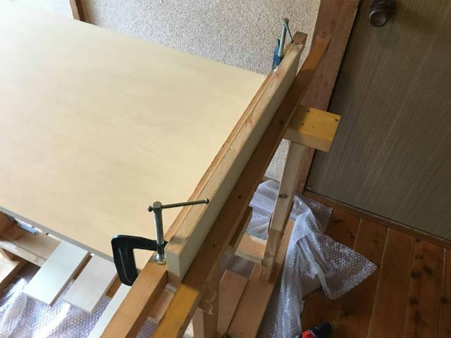 板をクランプで固定して自立して立つようにすると加工しやすい