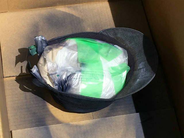 ビニール袋を団子状にしたモノを詰めてシワを伸ばす