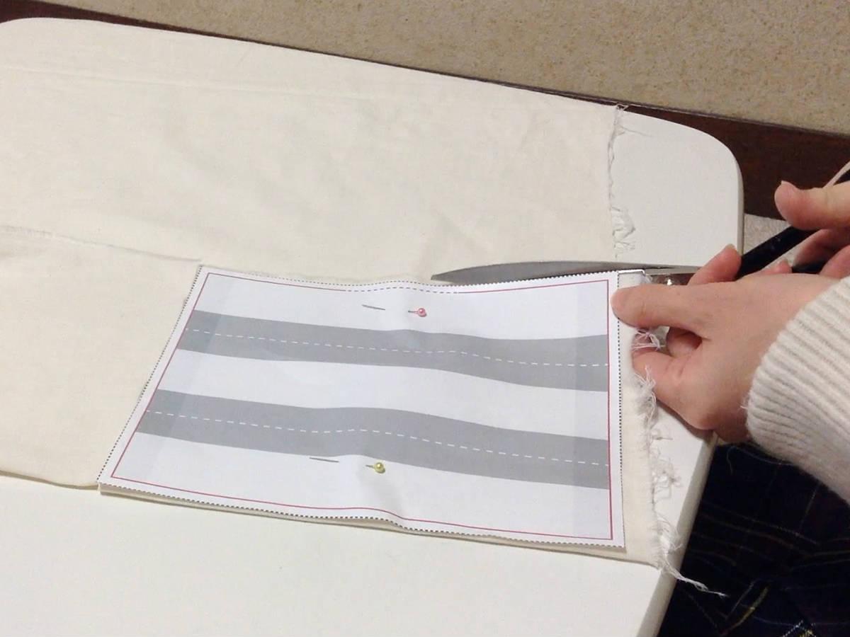 ダブルガーゼを型紙に合わせて断ち切りバサミでカット