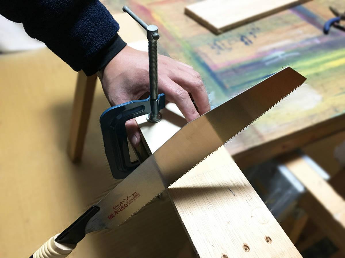 のこぎりを使って板を切る方法
